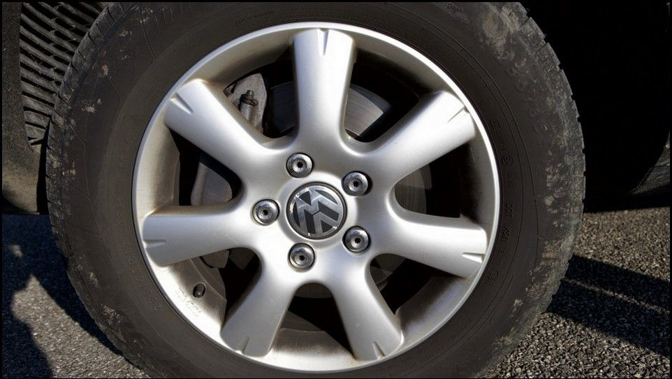 Volkswagen Touareg inspection front right tyre and rim