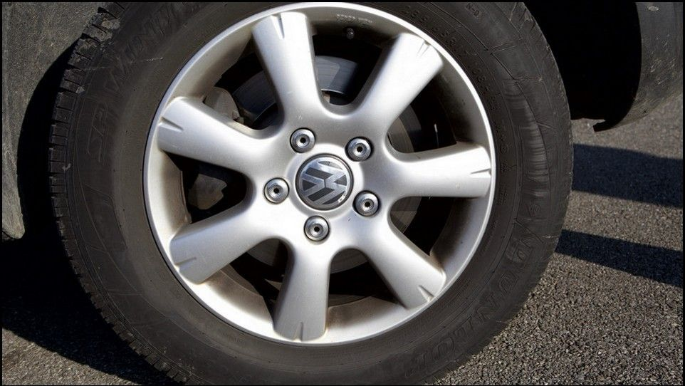Volkswagen Touareg inspection front left tyre and rim