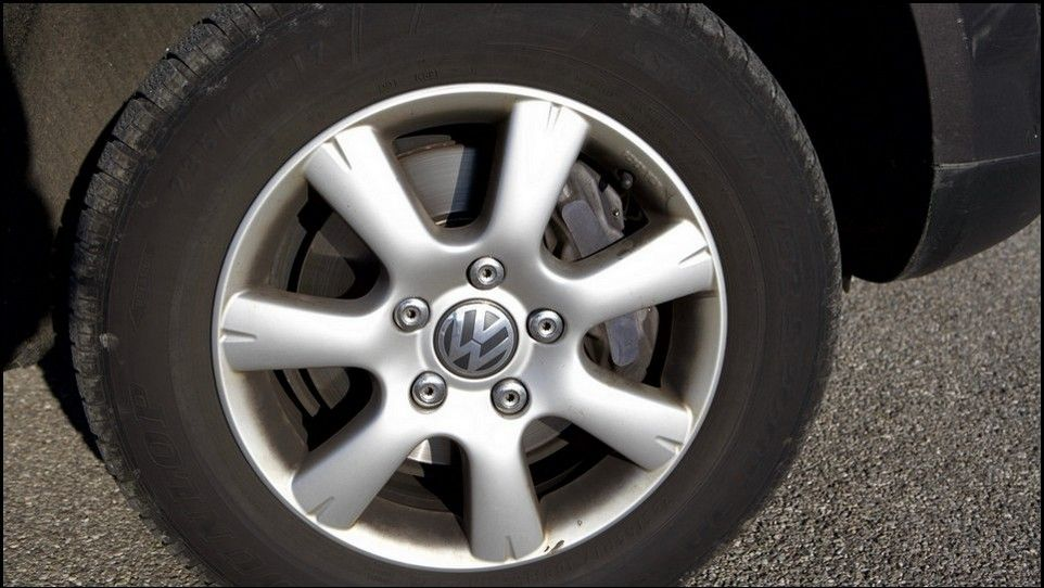 Volkswagen Touareg inspection rear right tyre and rim