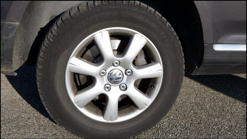 Volkswagen Touareg inspection rear left tyre and rim